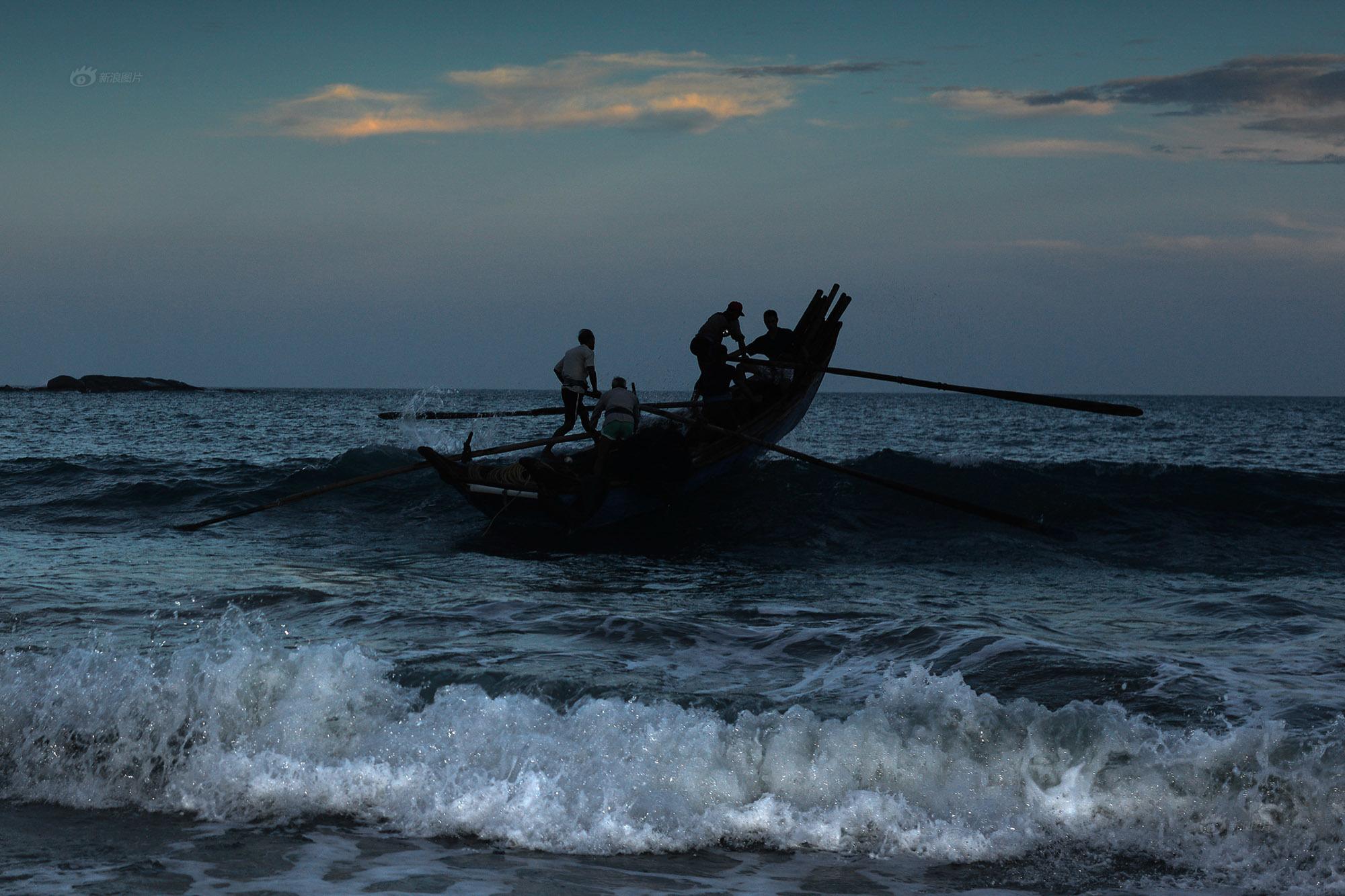图/文 李颀拯   南屿,生活着一群老人,他们的年龄在50到82岁之间。老人们说,从他们小时候记事起,就开始在这片海滩上以捕鱼为生,这是从他们父辈们那传承下来的谋生方式。从春节后到中秋这段时间,他们采用的捕捞方法叫拉山网。这在福建沿海一带是一种已经传承了上千年的捕鱼方式。整个捕捞过程没有任何机械化的工具,哪怕行船,也靠人力。   南屿,一处美丽、纯净的地方   这是福建漳州市东山县的一个海岛,这片海滩所处的位置,当地人有很多种叫法,有的叫礁作,有的叫河滩。海滩边有一些小平房,小平房大多已经租给小工厂,从