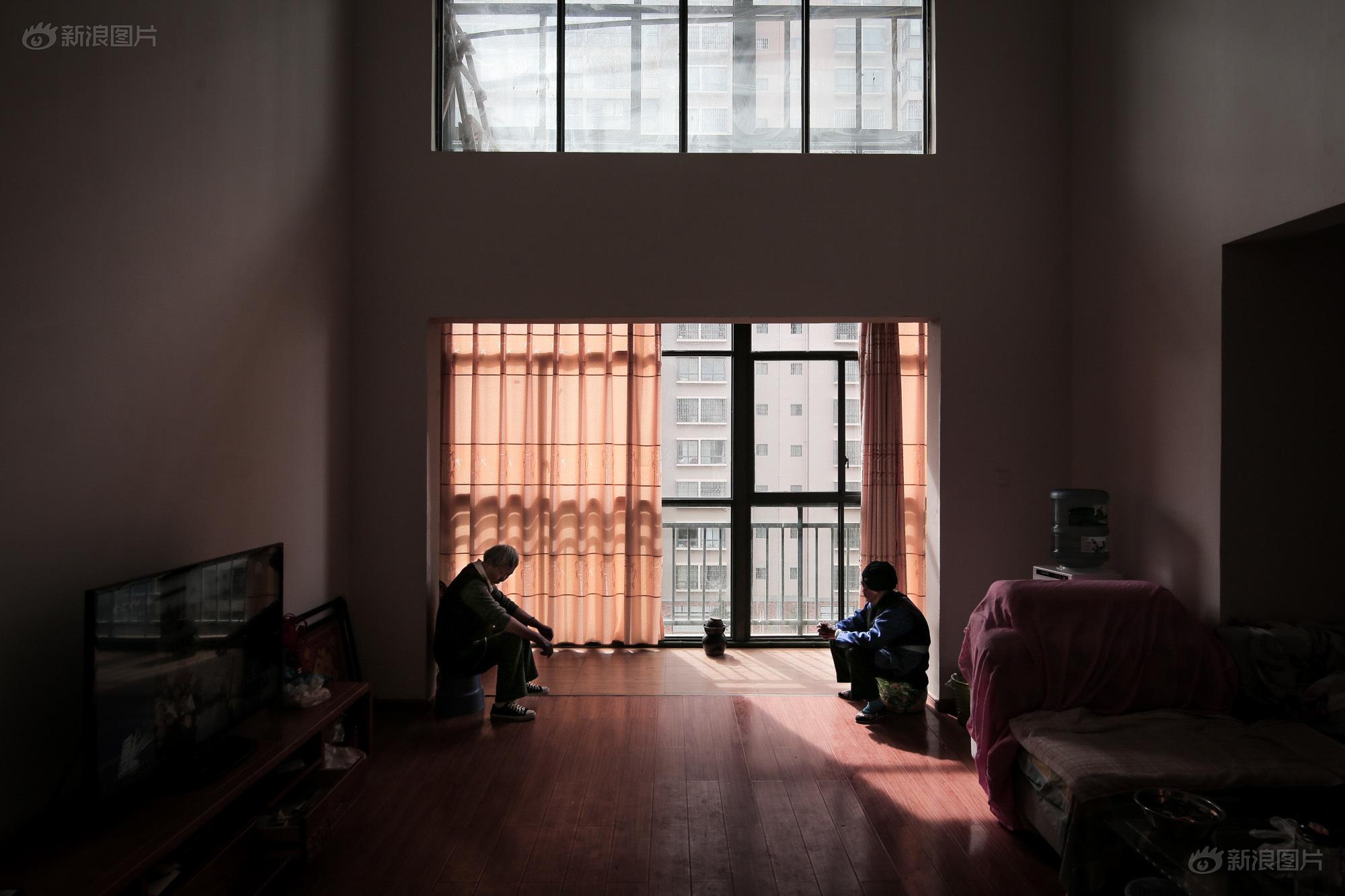 冯先生的新家在沐春园小区,是复式结构,大厅有两层楼高,他与爱人和妈妈同住。新家空间是宽阔了,但冯先生说,还是过得不习惯。冯老太太接近90岁,腿脚不利索了,在家里,也就习惯在阳台晒晒太阳、远眺窗外。老太太说,在高楼之间,能看见以前中庄的村子。