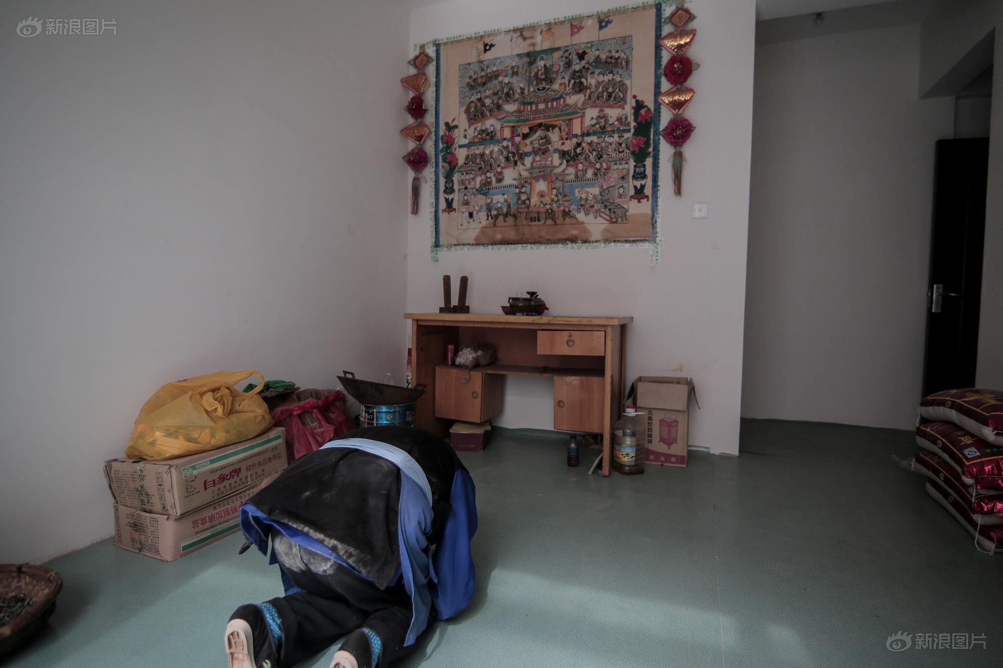 在搬家的时候,冯老太太坚持把传统的农具和拜祭品带到新家。在家里二楼的一个小房间里,挂放着农村老家里供奉的画作,以及祖先们的牌位。每逢初一十五,他们都会拜祭一下,就和以前在农村里的传统一样。