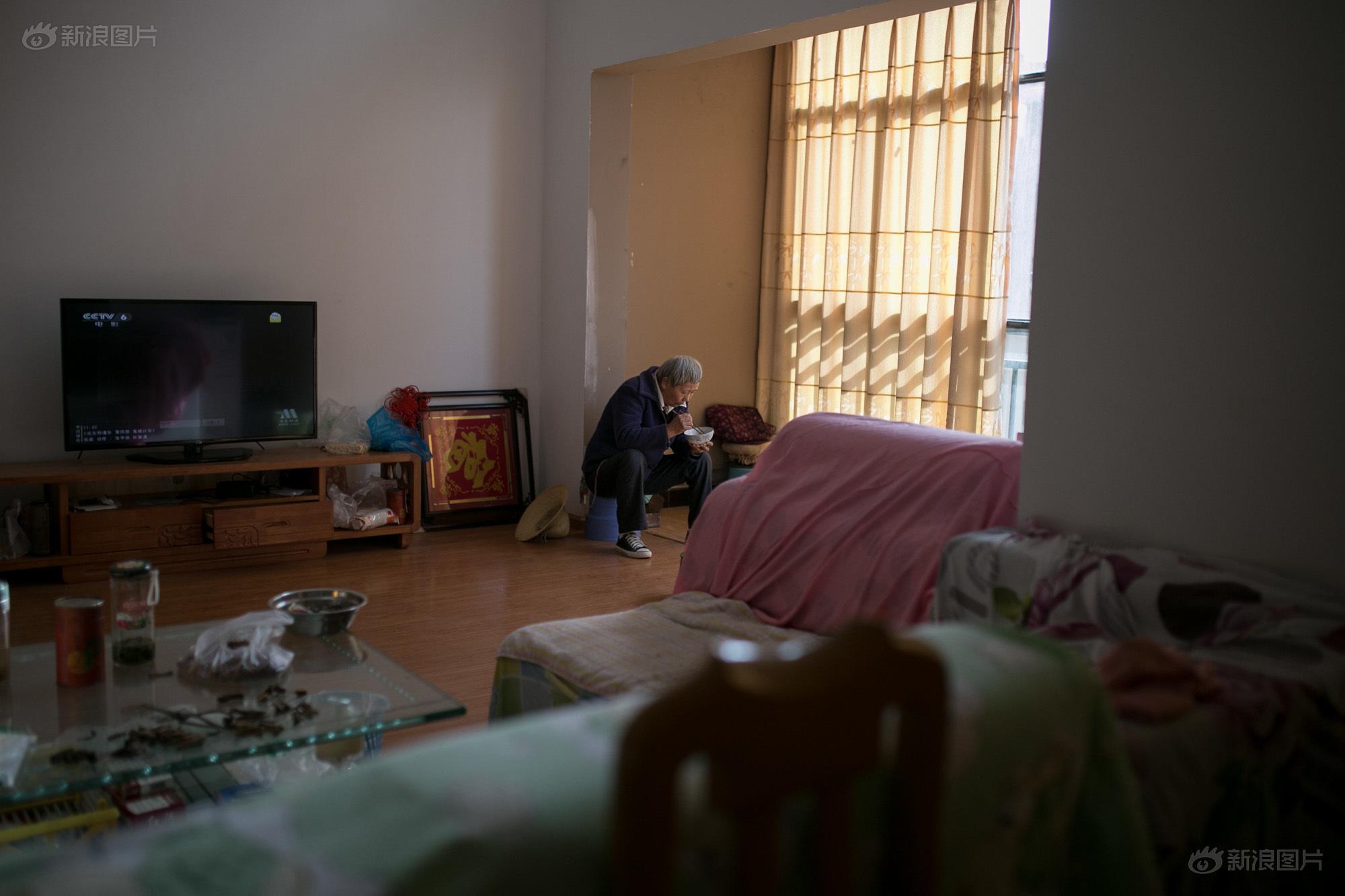 中午,冯先生的爱人独自在阳台旁边吃饭,空空洞洞的房子里放着零星几件家具,电视机里发出的声音在大厅里回荡。冯先生的儿子在昆明市区打工,尽管呈贡至昆明仅23公里,但他儿子很少回呈贡。失去土地后,一家人就靠儿子每个月寄回的一些生活费过活。