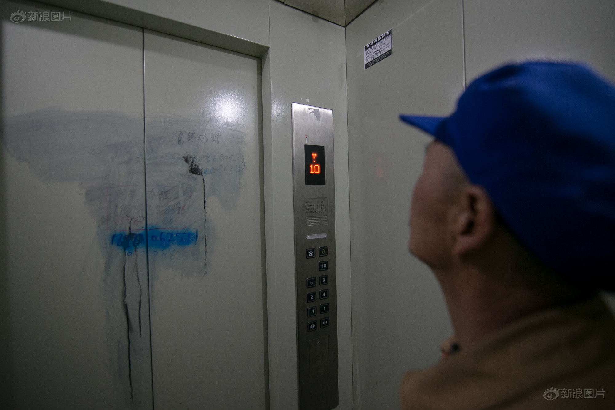 冯先生刚搬进新家的时候,连电梯都不会用,花了很长时间才适应。冯先生说,虽然以前农村房子比较少,但大家容易聚在一起。现在房子大了,却有种疏离和空虚感。以前出门就能见到村民和邻居,现在出门,看到的是电梯。