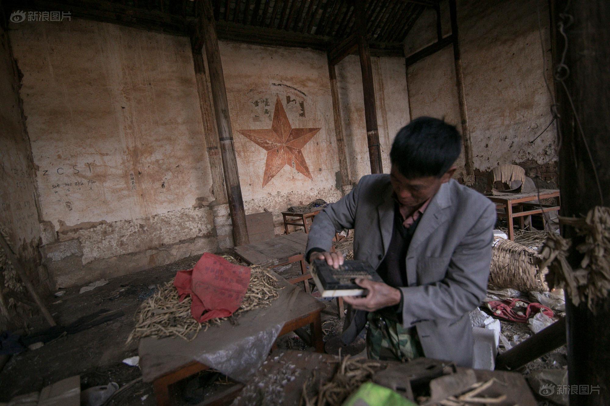 这次,王先生从废墟中找到了一个老旧的收音机。这里以前是个庙宇,然后成了知青学习的地方,后来又成了教村民学习拼音说普通话和扫盲的地方。