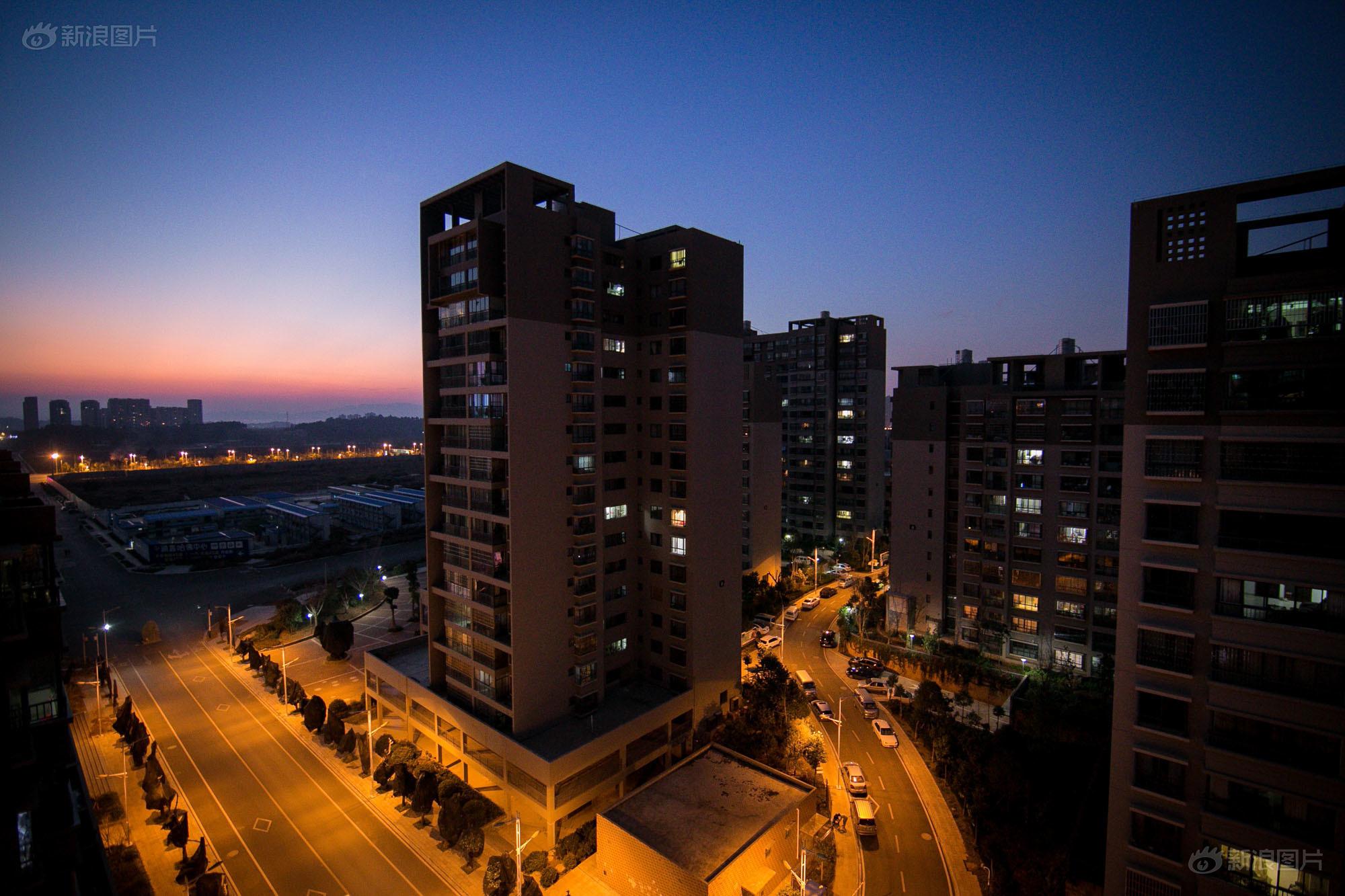 """呈贡新区究竟是一座真""""鬼城"""",还是""""成长中的新城""""?呈贡区委书记周峰越称:""""百万人口新城市的建设不是种白菜,几个月就有收成,而是一个可持续发展的过程,不能急功近利,需要20年,甚至上百年的精心经营才能建成。"""""""